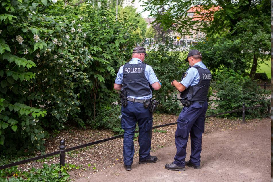 Die Polizei durchkämmte auf der Suche nach den verschwundenen Kindern halb Zwickau, auch den Park am Schwanenteich.