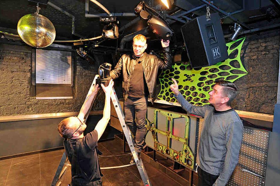 Techniker Sven Pfeifenbring (49), Karsten Kluge (44) und Olaf Walter (58) bei letzten Arbeiten an der Beleuchtung für die neue Tanzfläche im Fuchsbau.