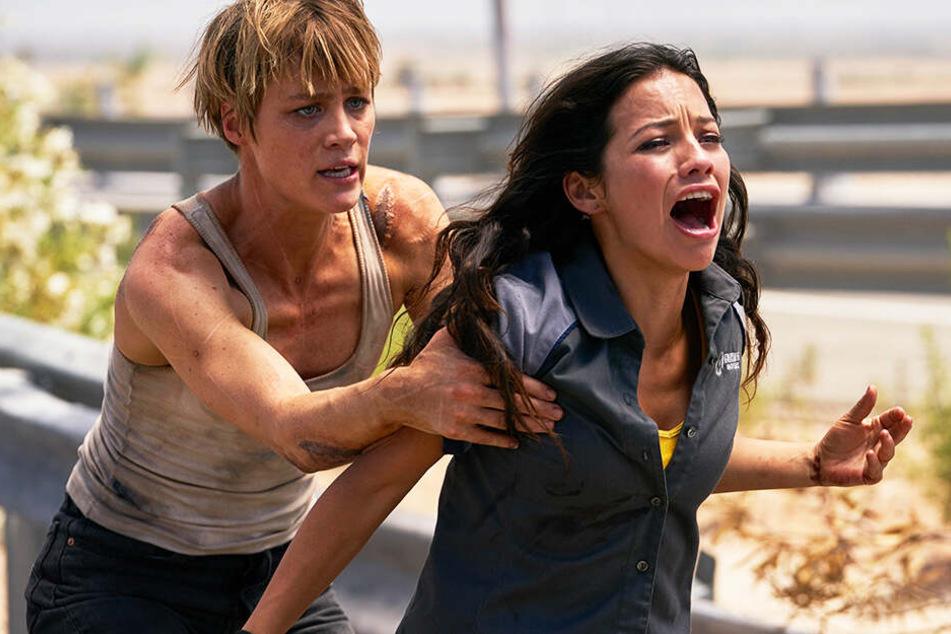 Dani Ramos (l., Natalia Reyes) wird vom neuen Terminator gejagt. Grace (Mackenzie Davis) wurde durch die Zeit geschickt, um sie zu beschützen.