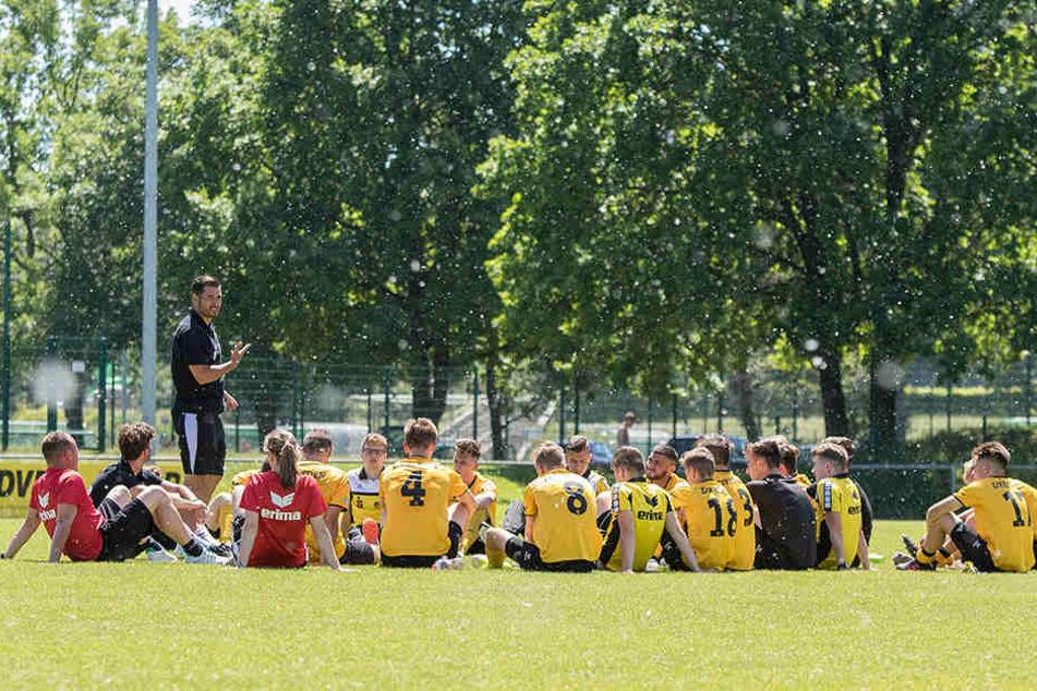 Wenn der Trainer redet, ist Zuhören angesagt! Cristian Fiel spricht nach dem letzten Punktspiel zu seiner Mannschaft.