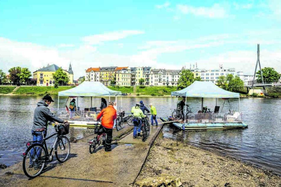 BU-YPer Floß ging es gestern für die Teilnehmer des Radverkehrskongresses über die Elbe.