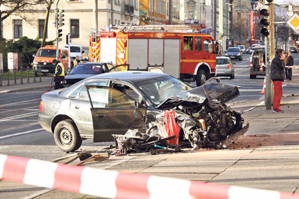Der zerlegte Audi nach der Amokfahrt am Straßenrand. Ein Wunder, dass niemand ernsthaft zu Schaden kam.