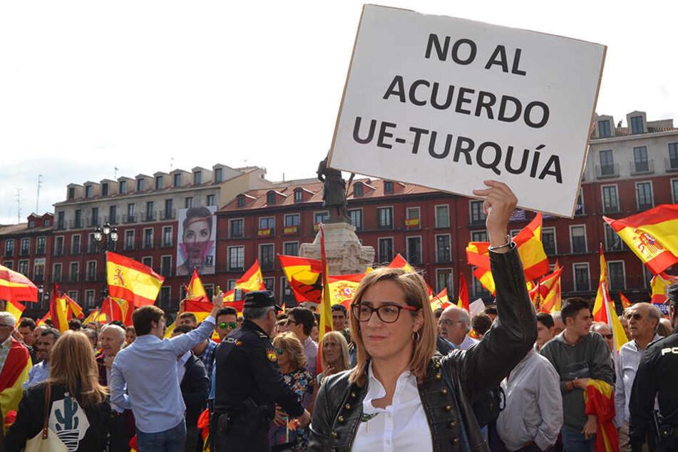 Menschen mit spanischen Flaggen demonstrieren gegen das geplante Trennungsreferendum in Katalonien.