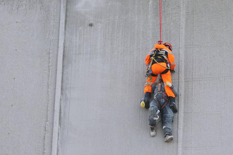 Der zweite Arbeiter musste von einem Höhenretter wieder auf den Boden gebracht werden.