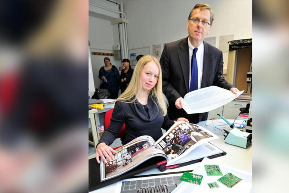 Damals noch auf Papierbögen: Maxi Bellmann (37) und Arved Hübler (56) stellten 2015 die gedruckten Lautsprecher erstmals vor.