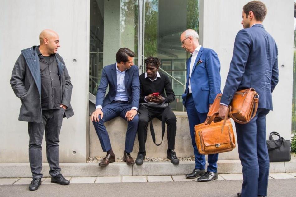 Efe Aktas (l.), Spielerberater von Jatta, und Jonas Boldt, Sportvorstand HSV, begleiteten den HSV-Profi.