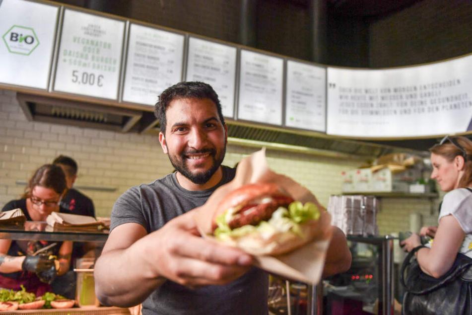 Der vegane Koch und Kochbuchautor Attila Hildmann eröffnete im April 2018 seine zweite Snackbar mit veganem Essen in der Adalbertstraße in Kreuzberg.