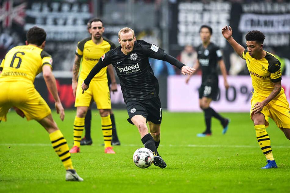 Ex-BVB-Kicker Sebastian Rode (M.) versucht, sich gegen seine früheren Teamkollegen Thomas Delaney (l.) und Jadon Sancho (r.) durchzusetzen.