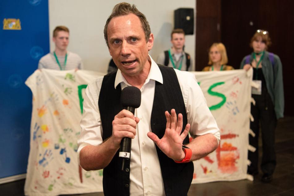 Der Bayerische Umweltminister Thorsten Glauber (Freie Wähler) spricht bei der ersten Jugend-Klimakonferenz des Bayerischen Umweltministeriums.