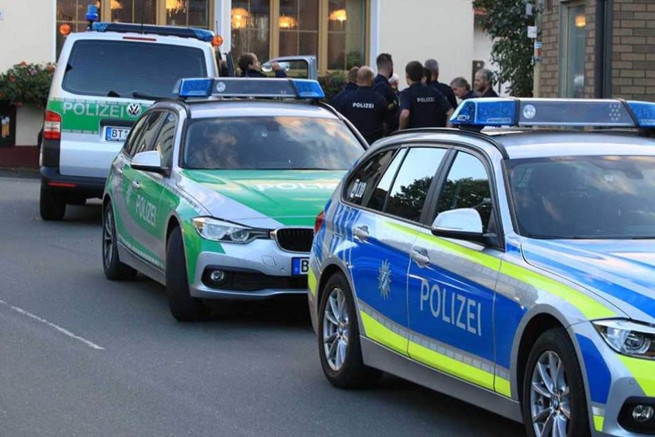 Die Polizei stürmt am Freitag die Wohnung des mutmaßlichen Tatverdächtigen (Symbolbild).