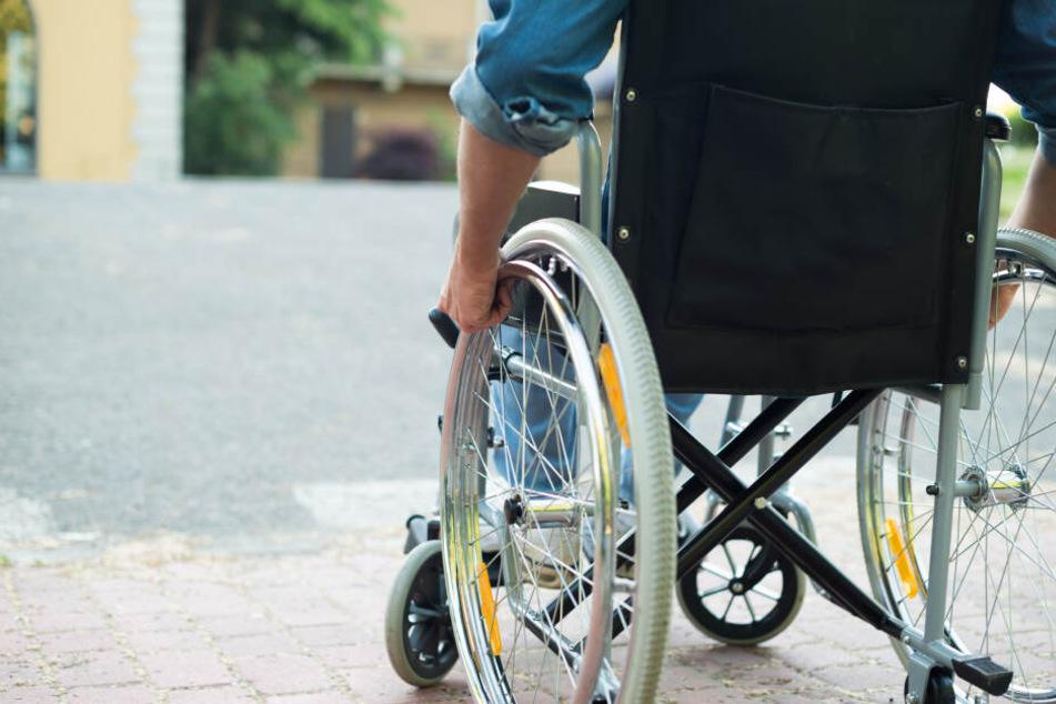Der 67-Jährige wollte mit seinem Rollstuhl die S94 überqueren. (Symbolbild)