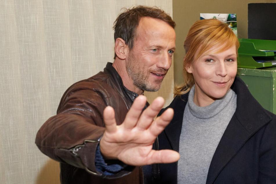Wotan Wilke Möhring und Franziska Weisz posieren am Set für den neuen Tatort.