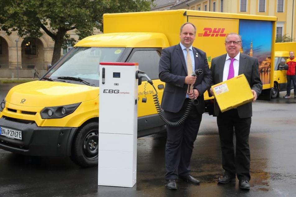 Dresdens Oberbürgermeister Dirk Hilbert (FDP) mit dem Niederlassungsleiter  der Deutschen Post, Helmut Steeg.