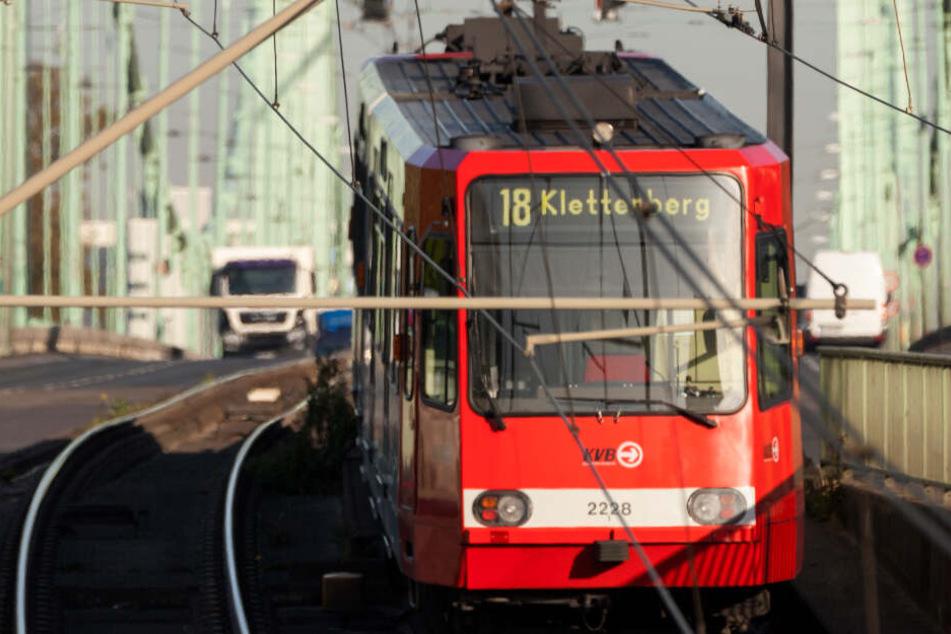 Chaos am Montagmorgen: LKW rammt KVB-Bahn