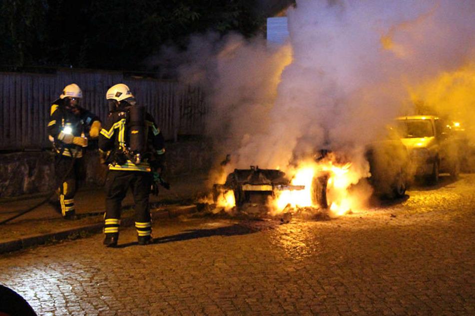 Zwischen 1 und 1.15 Uhr gingen in Anger-Crottendorf und in der Südvorstadt jeweils zwei Autos in Flammen auf.