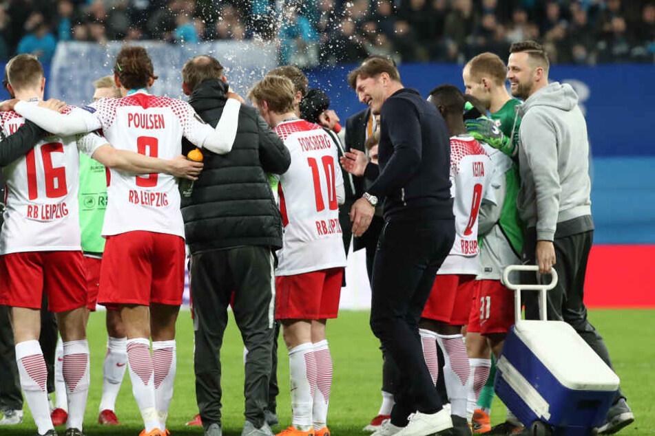 Wasser- oder Brausedusche nach dem Schlusspfiff: Den Roten Bullen reichte ein 1:1 bei Zenit fürs Viertelfinale.