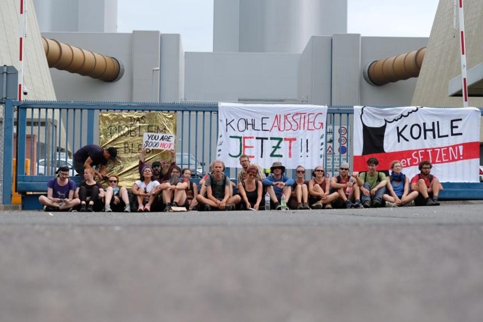 Teilnehmer des Klimacamps protestierten gegen den Abriss des Dorfes Pödelwitz, versperrten am Samstag die Zufahrt zum Kraftwerk Lippendorf.