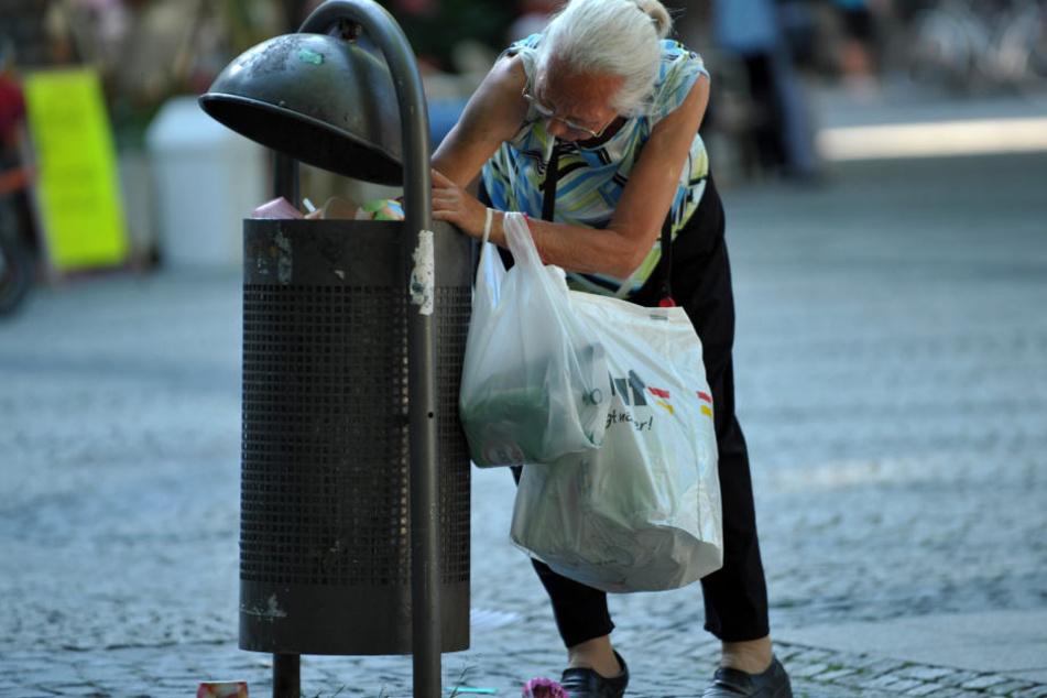 Pfandsamller in Leipzig müssen wohl auch weiterhin tief in den Mülleimer greifen. (Symbolbild)