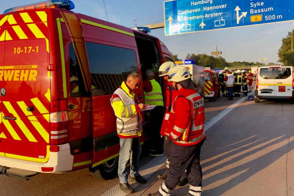 Einsatzkräfte der Feuerwehr beraten sich am Unfallort.
