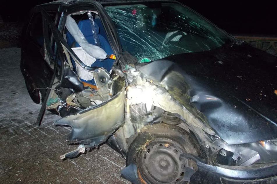 Die Beifahrerseite des Fiats wurde durch den Crash zum Teil aufgerissen.