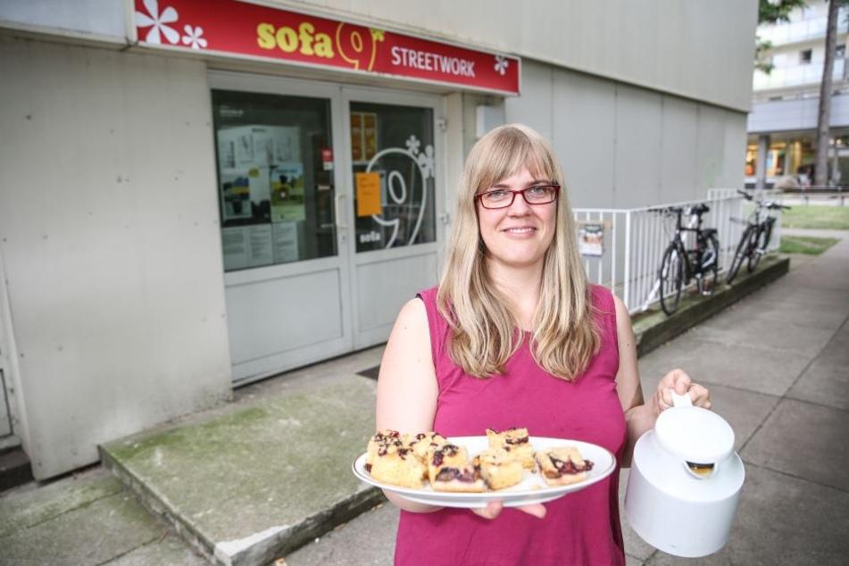 """Tanja Wolf (37), Mit-Initiatorin der Gemeinschaft """"In Gruna leben"""", versorgt die Gäste mit Kaffee und Kuchen."""