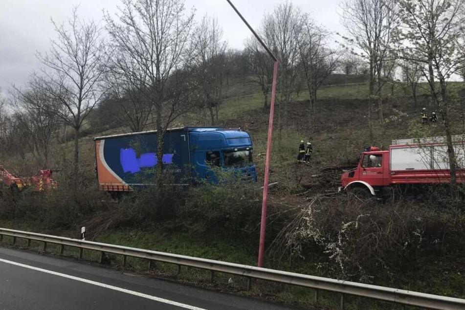 Der unbeladene Lkw geriet in gefährliche Schräglage.