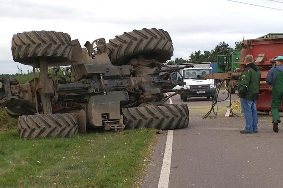 Traktor kippt um: 20 Tonnen Tierfutter auf Straße verteilt
