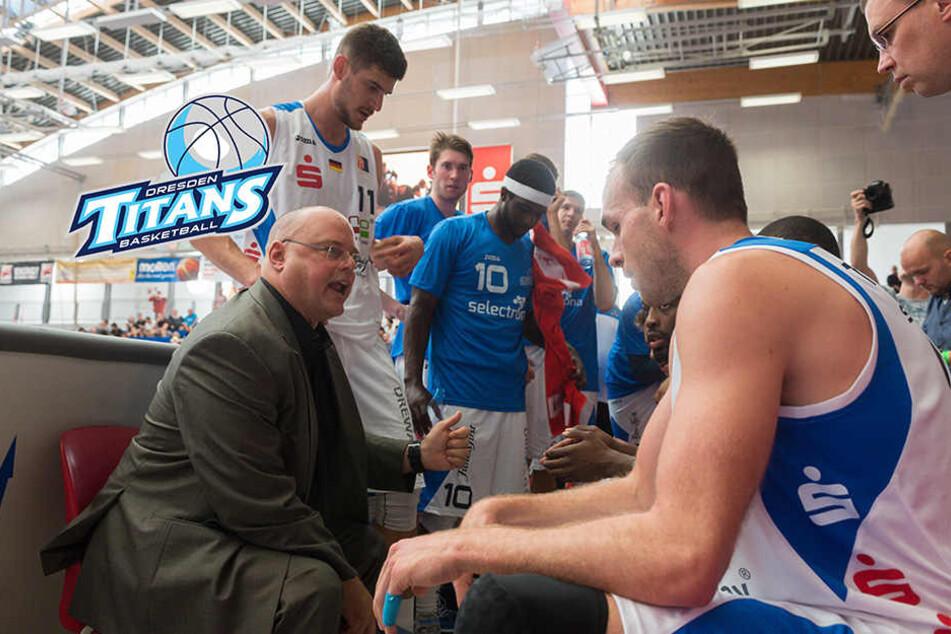 Coach Steven Clauss (l.) während einer Auszeit mit seiner Mannschaft.