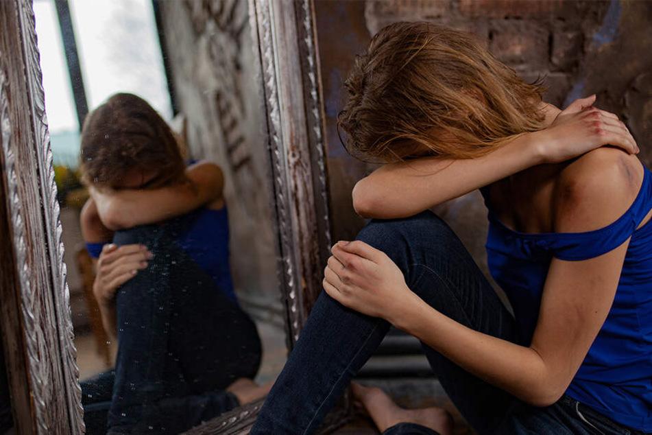 Die 19-Jährige behauptet, dass alle 12 Täter sie vergewaltigten (Symbolbild).