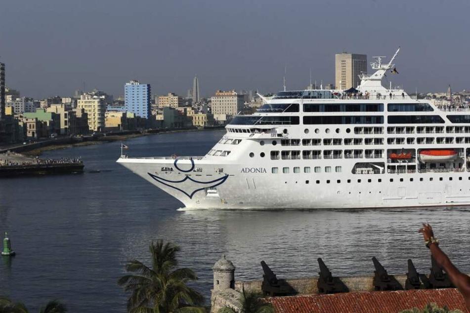 """Das Schiff """"Adonia"""" von """"Fathom Line"""", die zu """"Carnival Cruise Line"""" gehört im Mai 2016 im Hafen von Havana."""