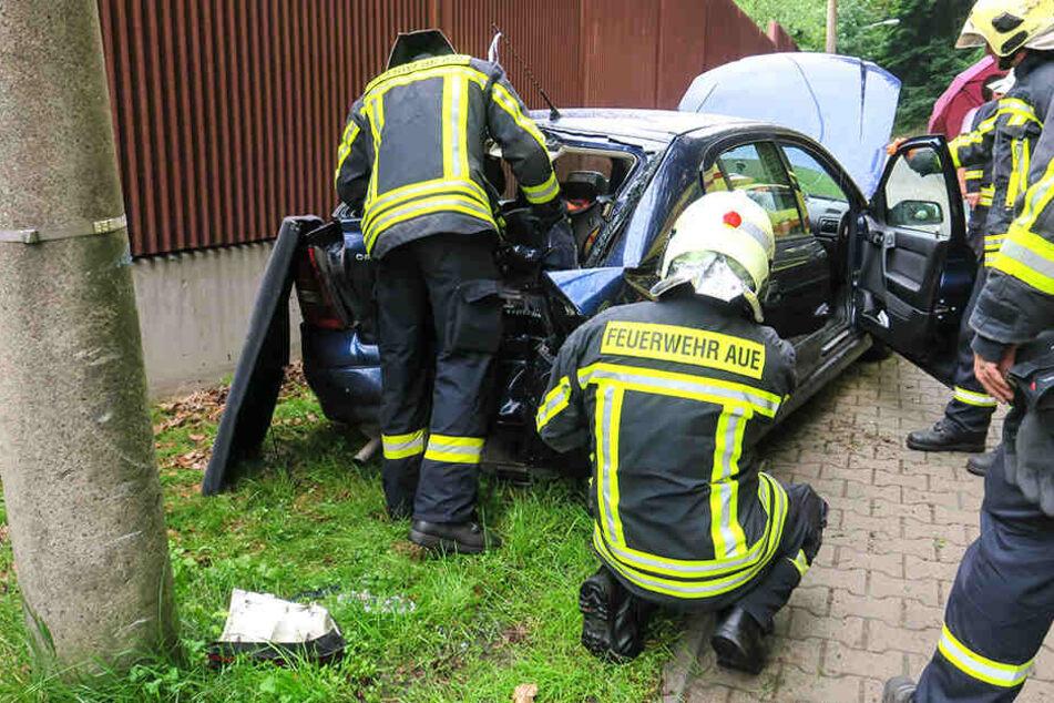 Der Rettungsidnets musste sich um eine verletzte Person kümmenr.