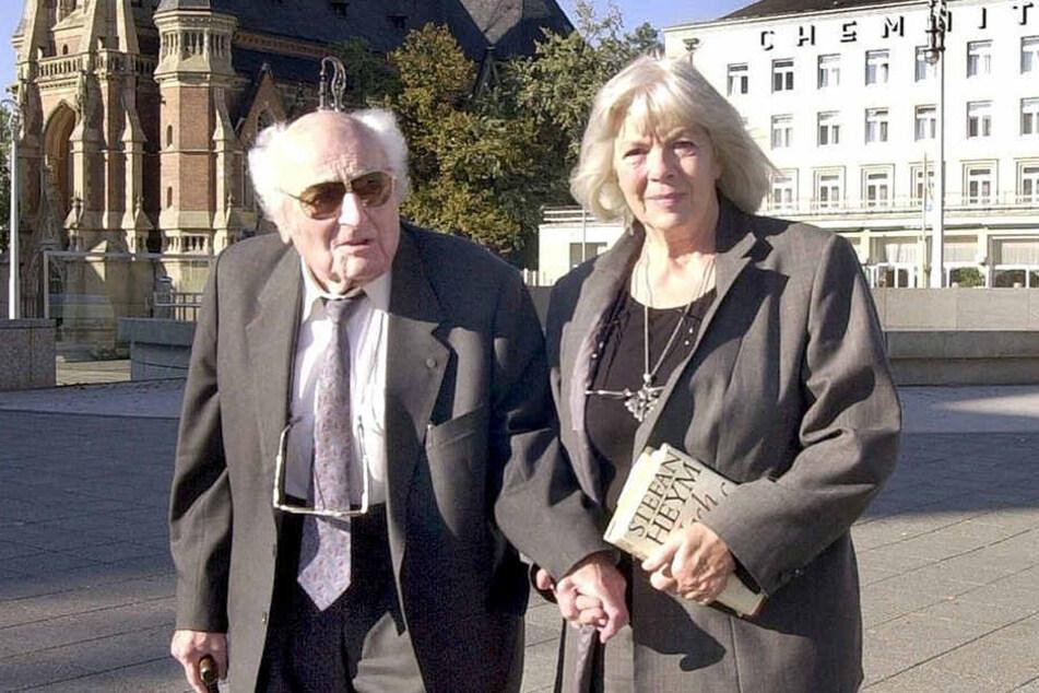 Der Schriftsteller Stefan Heym (1913 - 2001) mit seiner Ehefrau Inge (85) 2001 bei ihrem Besuch in Chemnitz.
