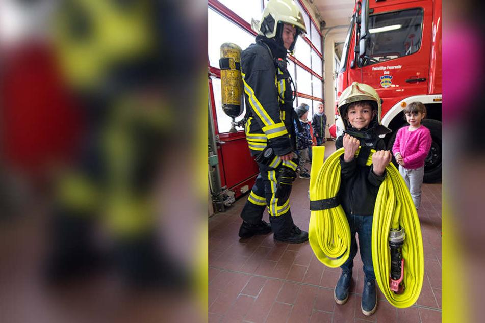 Schaut her, wie stark ich bin! Vorschüler Devin (6) schlüpfte nicht nur in die Ausrüstung, sondern trug sogar den schweren Feuerwehrschlauch.