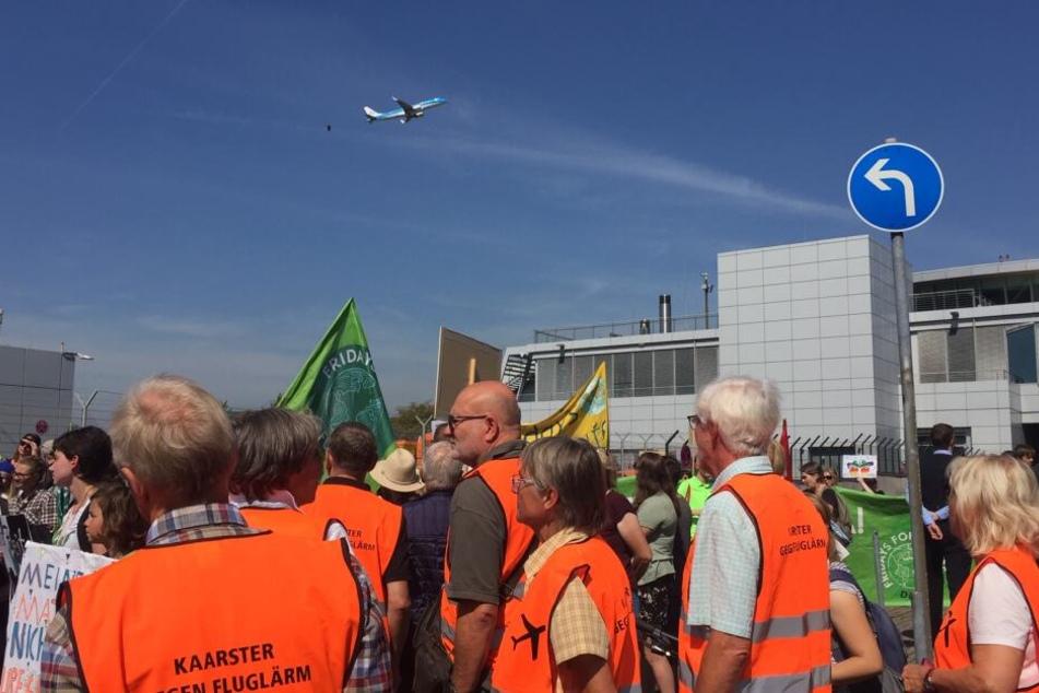 Aktivisten protestierten gegen den Flugverkehr.
