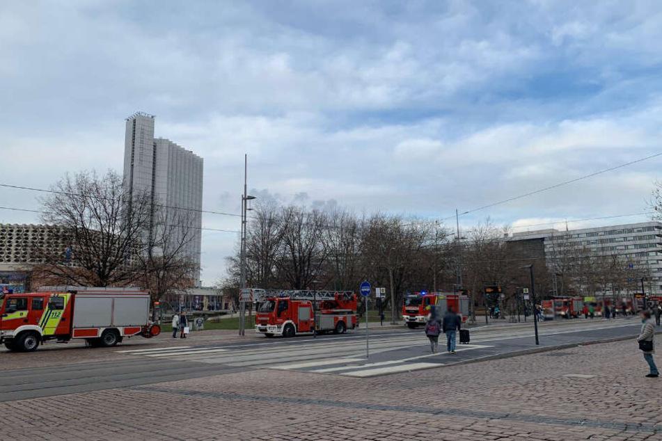Die Feuerwehr rückte mit etwa einem Dutzend Fahrzeugen an.