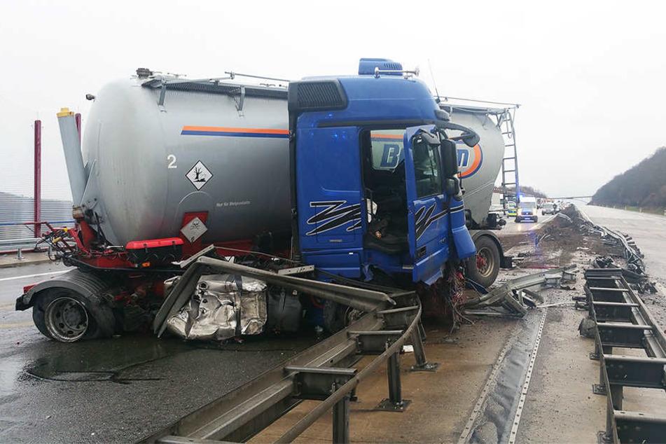 Der Lkw fuhr gegen die Mittelleitplanke und zerstörte diese komplett.