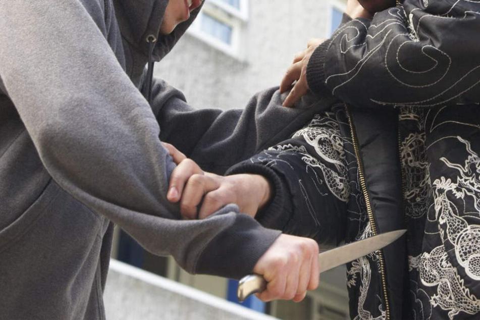 Der Streit zwischen den beiden eskalierte und der 14-Jährige stach mehrmals mit dem Messer zu. (Symbolbild)