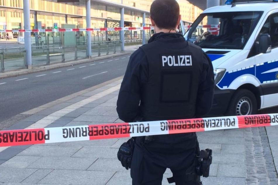 Die Polizisten haben die Innenstadt abgesperrt.