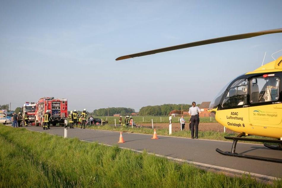 Rentnerin kracht in Familienauto: Schwerer Unfall mit sieben Verletzten