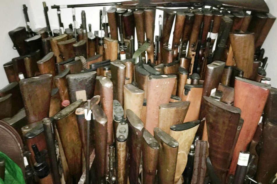 Hunderte von Waffen lagerte der Mann auf seinem Dachboden.