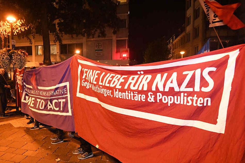 """""""Keine Liebe für Nazis"""" war auf einem der Banner zu lesen."""