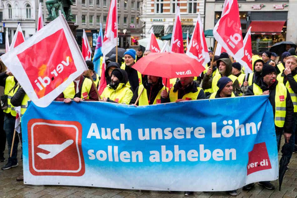Beschäftigte der Gepäck- und Flugzeugabfertigung des Hamburger Flughafens während einer Kundgebung der Gewerkschaft Verdi.