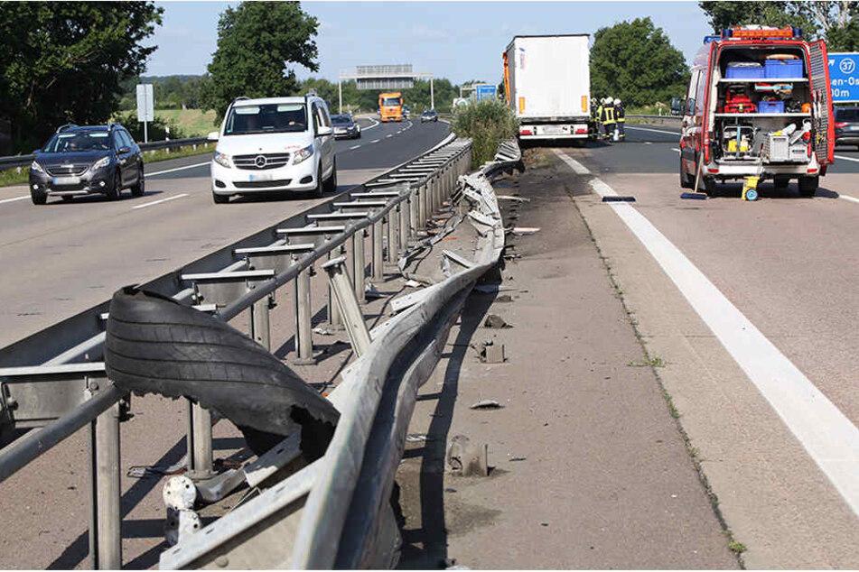 Der LKW war aufgrund des geplatzten Reifens in die Mittelleitplanke gekracht.