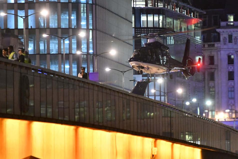 Auch ein Hubschrauber ist am Tatort.