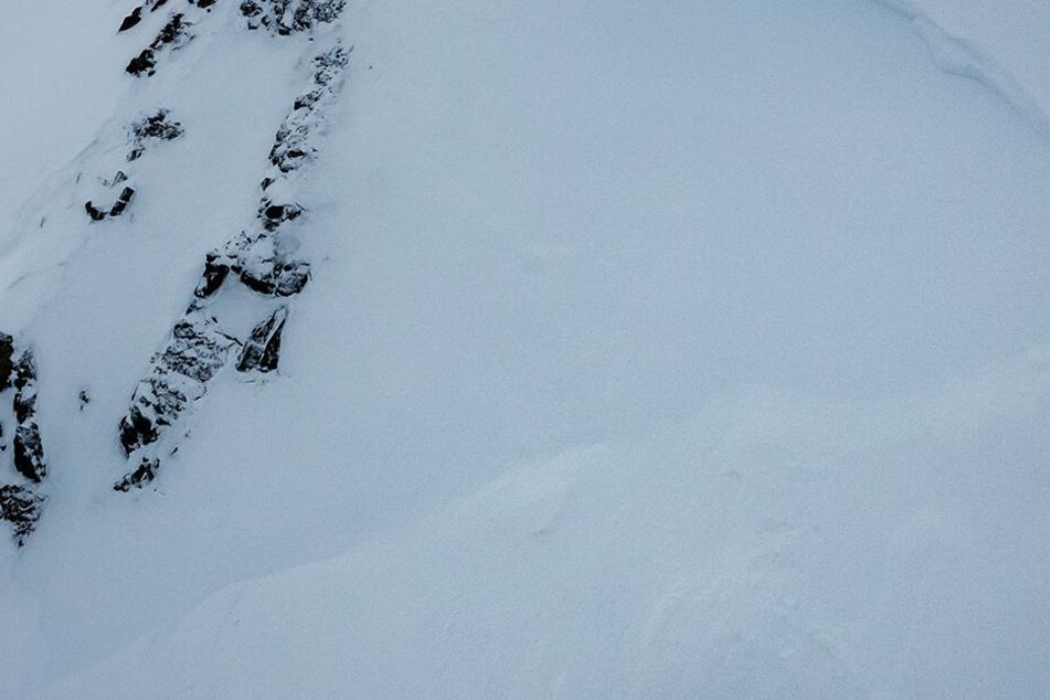 Zwei Vermisste wurden in den Dauphiné-Alpen nahe der italienischen Grenze abseits der Piste von der Lawine erfasst und begraben. Einer konnte gerettet werden.