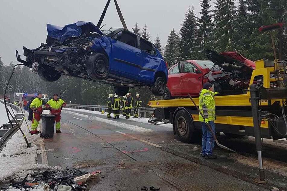 21-Jähriger kracht mit Mazda in Gegenverkehr: Zwei Schwerverletzte