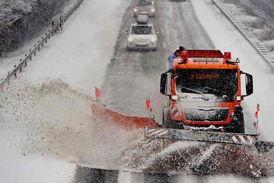 In weiten Teilen Sachsens sind die Winterdienste im Einsatz, um die Straßen vom Schnee zu befreien.