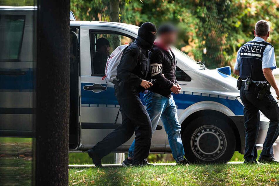 Eine der mutmaßlichen Rechtsterroristen vor der Haftrichtervorführung beim Bundesgerichtshof in Karlsruhe.
