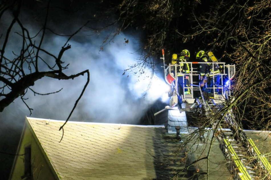 Feuerwehr muss Dach kühlen: Schornsteinbrand im Erzgebirge