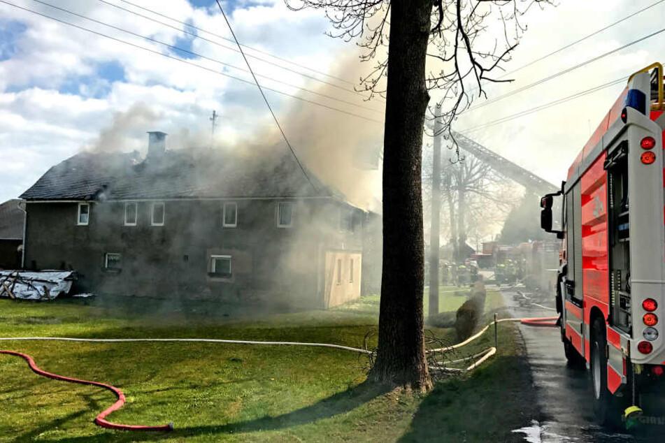 Der Dachstuhl des Bauernhofs ging in Flammen auf.